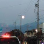 東の空に登った月がとっても綺麗!今日は牡羊座の満月だった。